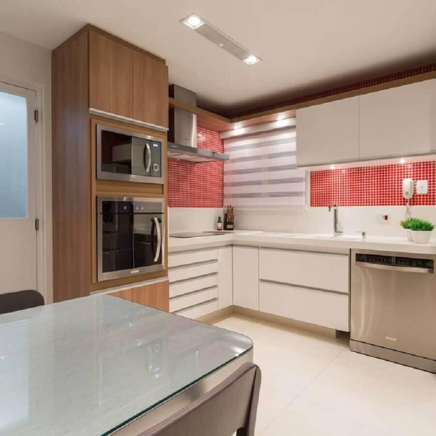 cozinha decorada com pastilhas de vidro vermelhas Foto Luni Arquitetura