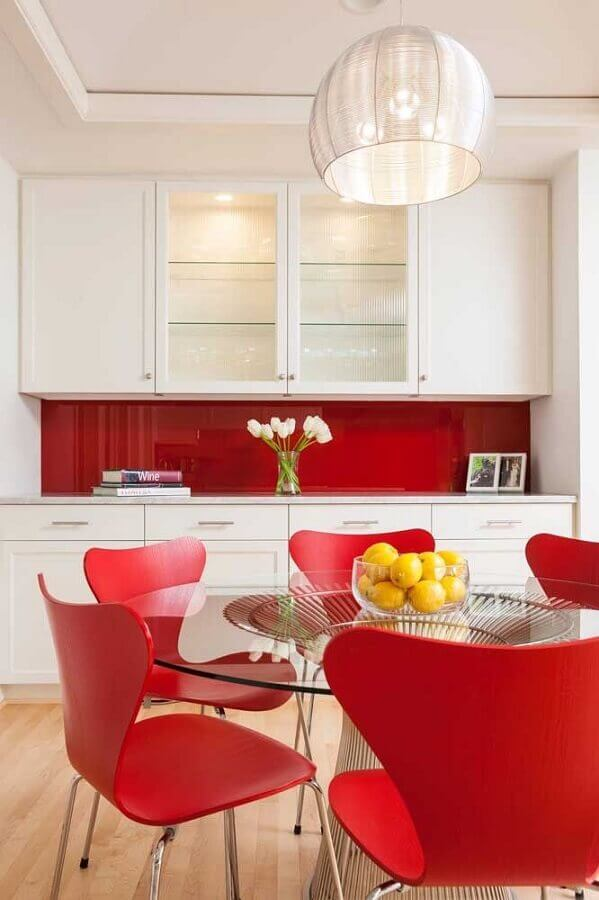 cozinha planejada branca com cores quentes vermelha em cadeiras e revestimento de parede  Foto Houzz