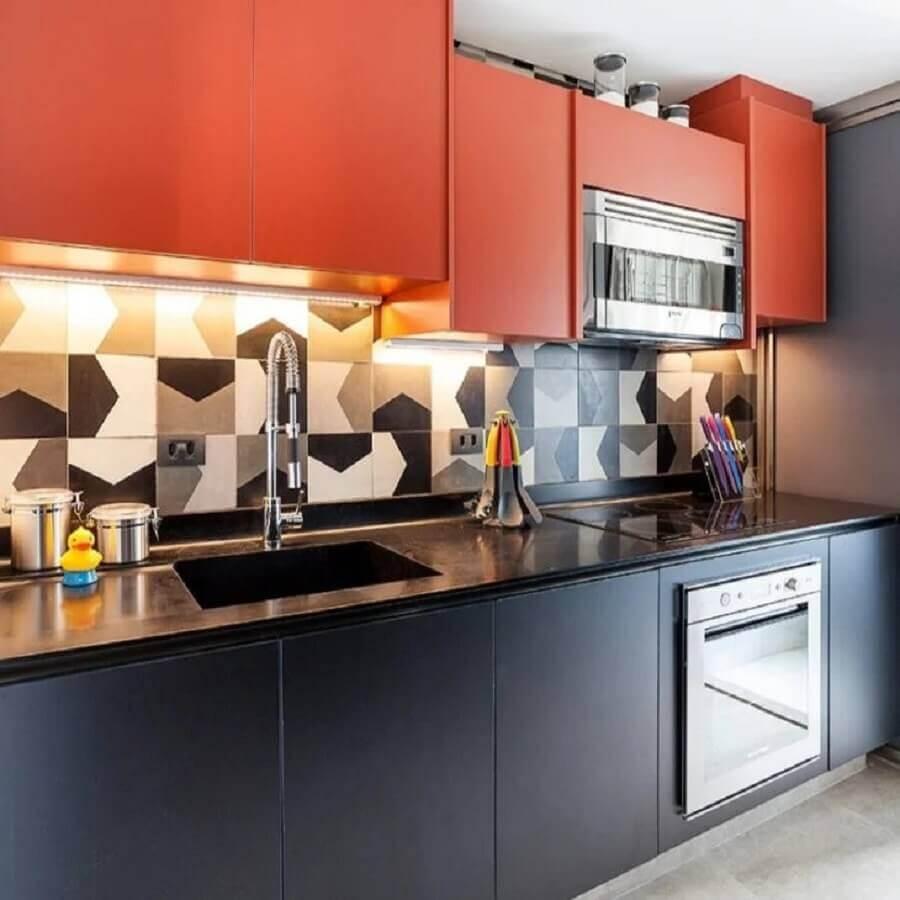 cozinha planejada com armário aéreo em cores quentes Foto Pinterest
