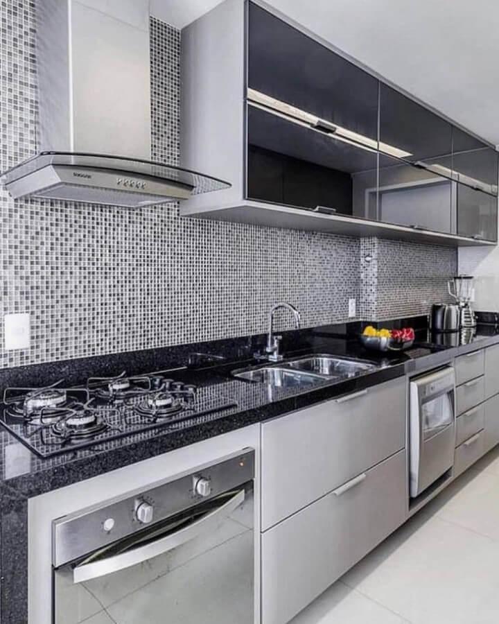 cozinha planejada moderna com pastilhas de vidro   Foto MFSanches Interiores