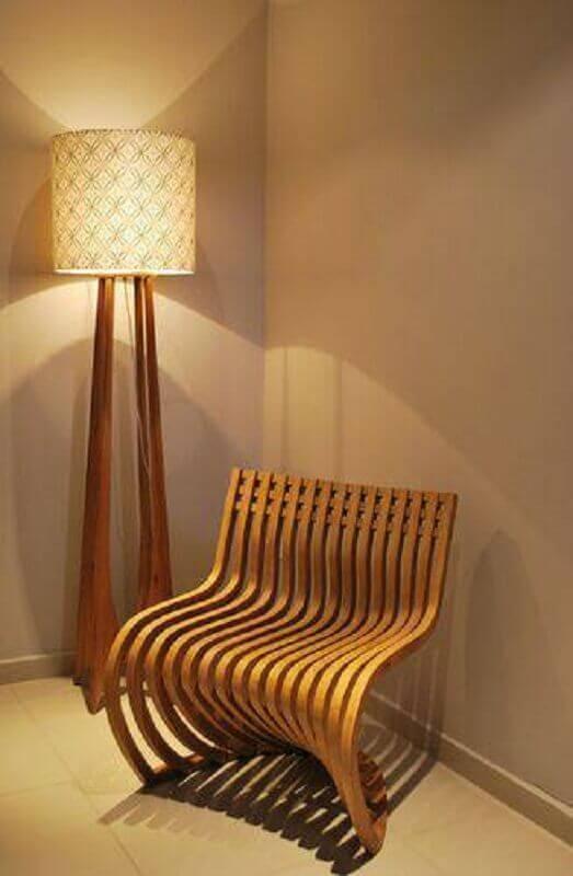 decoração com abajur de piso com base de madeira