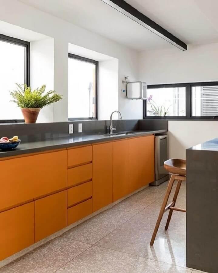 decoração com cores quentes para cozinha planejada amarela e cinza  Foto DT Estúdio Arquitetura