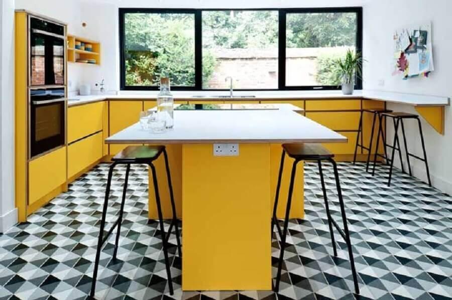 decoração de cozinha com ilha planejada com armários amarelos  Foto Houzz