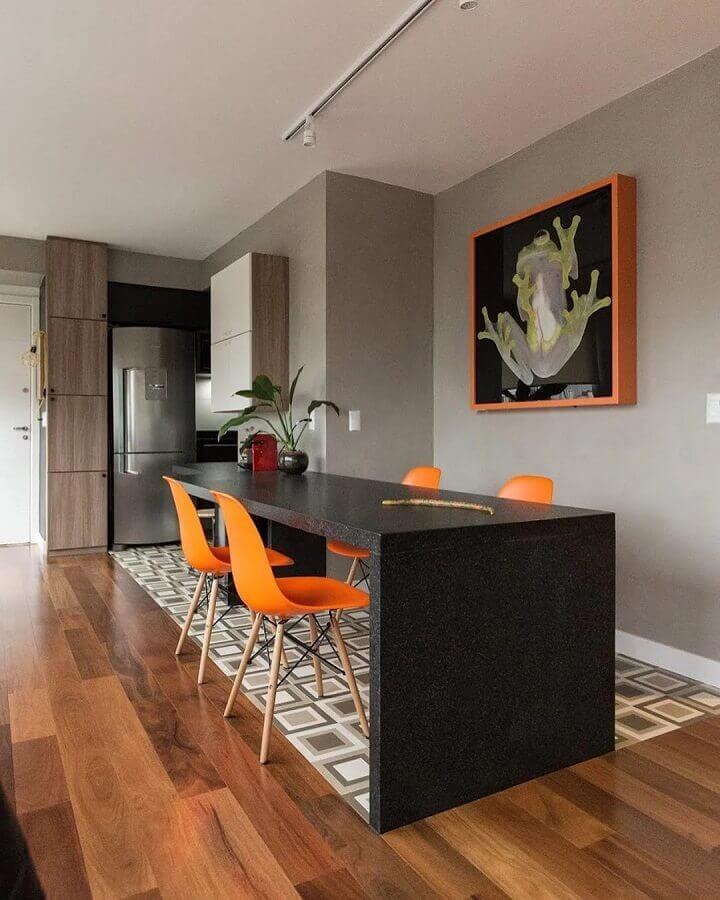 decoração de sala de jantar moderna com cadeiras laranjas  Foto Arquitetando Ideias