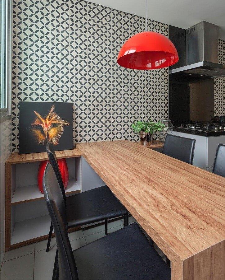 decoração de sala de jantar moderna com mesa de madeira e luminária pendente vermelha  Foto AMIS Arquitetura