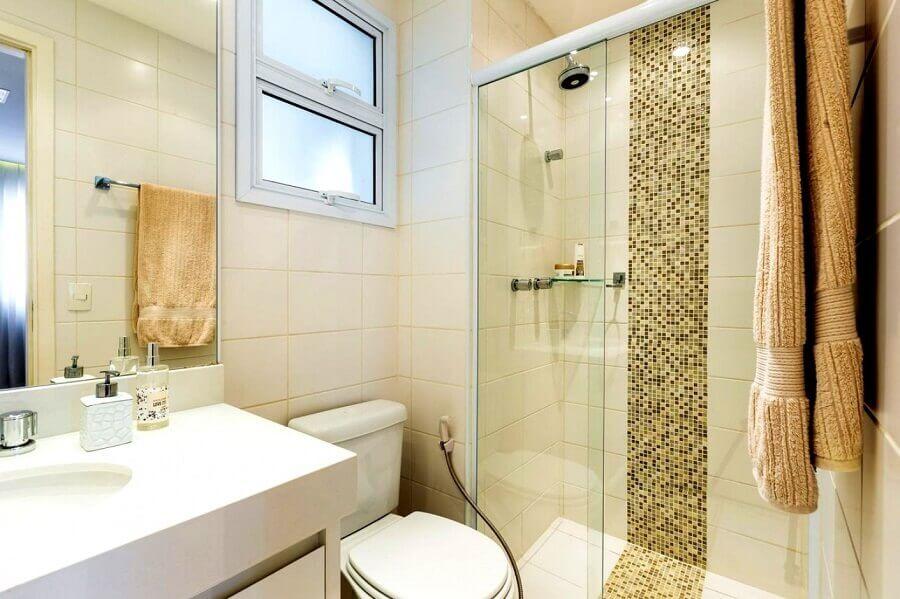 decoração em tons neutros para banheiro com pastilhas de vidro Foto By Arq Design