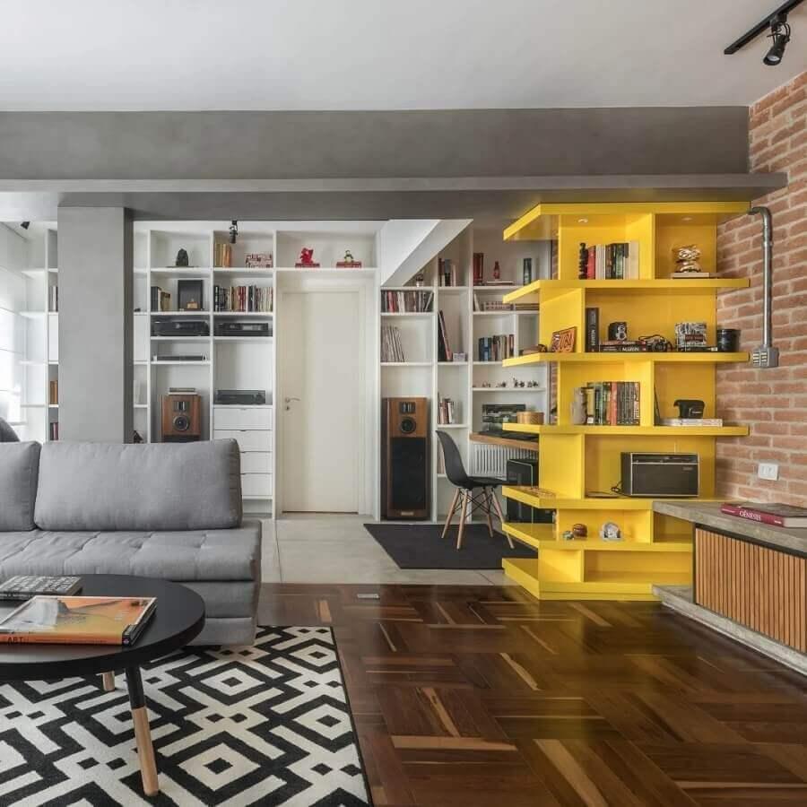 decoração para sala com parede de tijolinho e estante amarela  Foto Fernanda Dabbur Arquitetura e Interiores