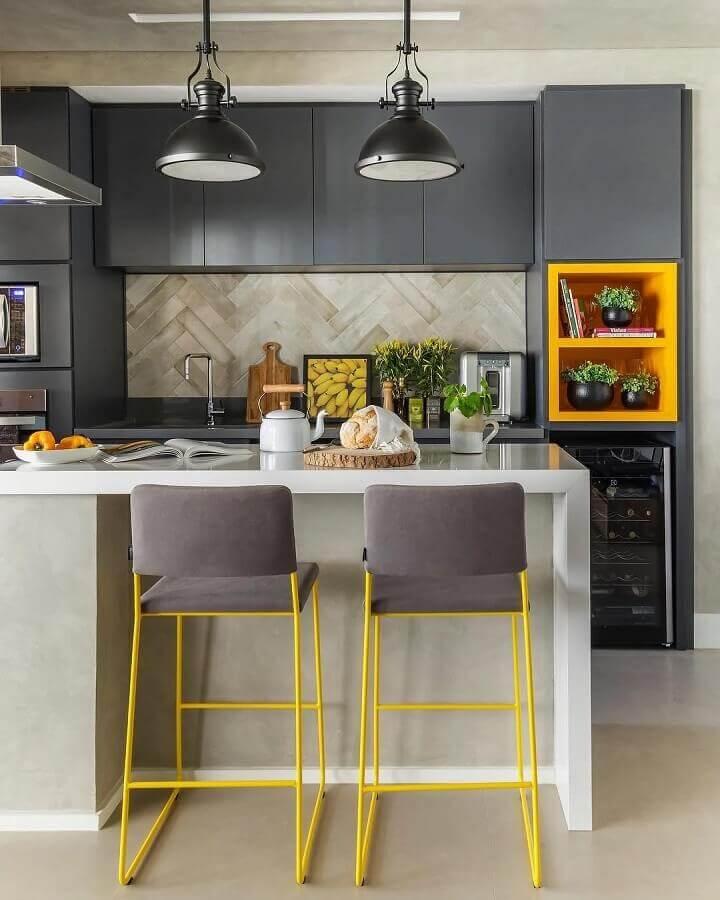 detalhes em cores quentes para decoração de cozinha planejada moderna toda cinza  Foto SP Estúdio Arquitetura
