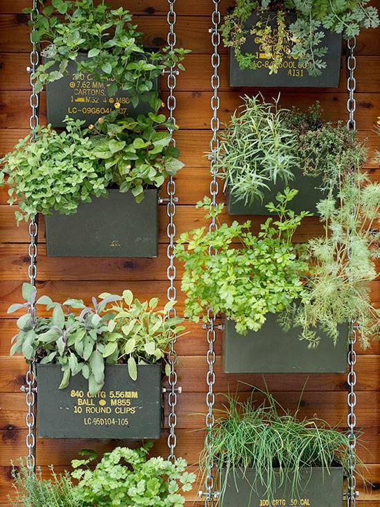 horta vertical com caixas e correntes
