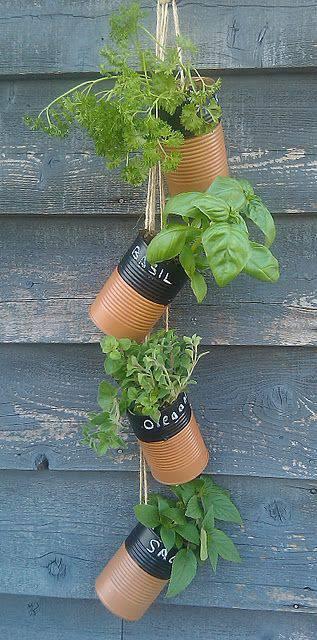 horta vertical com latas de aluminio