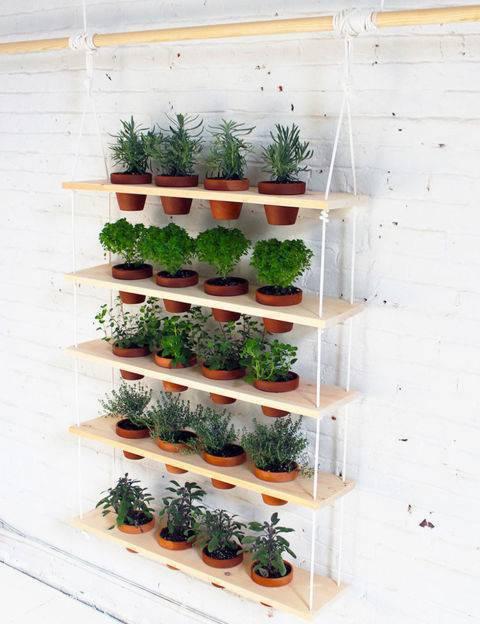 horta vertical com vasos de barro e madeira