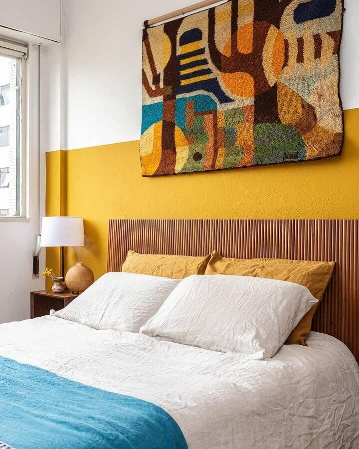 parede amarela para decoração de quarto de casal com cores quentes e cabeceira de madeira Foto Histórias de Casa