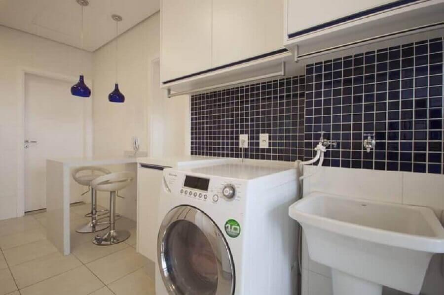 pastilha de vidro adesiva azul para lavanderia integrada com cozinha  Foto Sartori Design