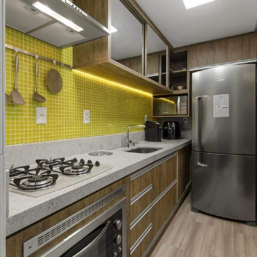 pastilhas de vidro amarela para decoração de cozinha com armários de madeira  Foto Anna Arquitetura
