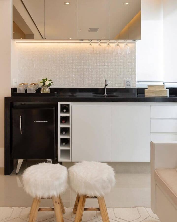 pastilhas de vidro brancas para cozinha planejada com bancada preta  Foto Monise Rosa Arquitetura