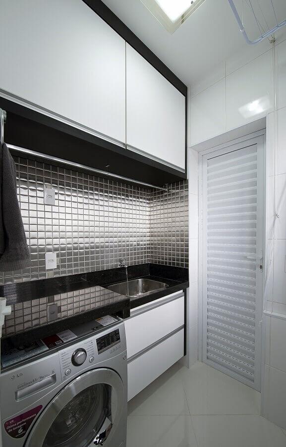 pastilhas de vidro prata para lavanderia pequena planejada Foto Iara Kilaris
