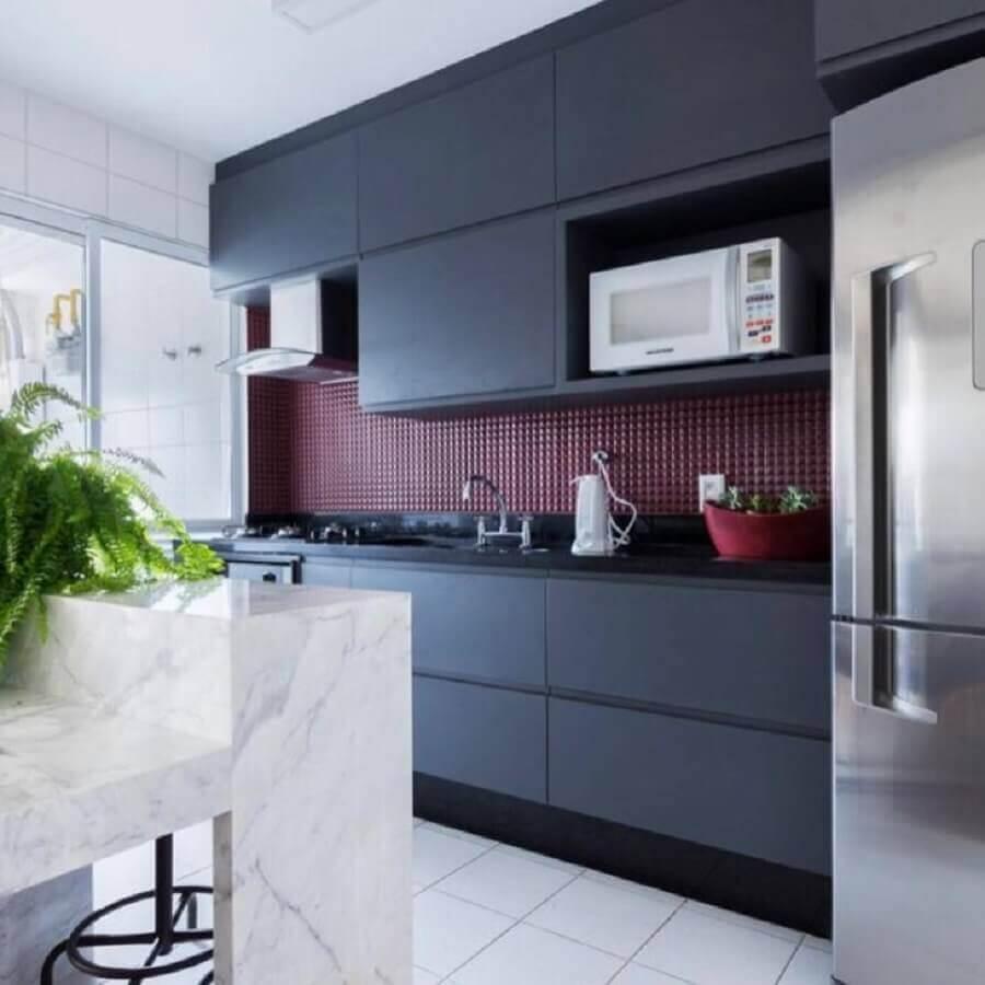 pastilhas de vidro vermelha para cozinha preta planejada moderna Foto Mise Arquitetura