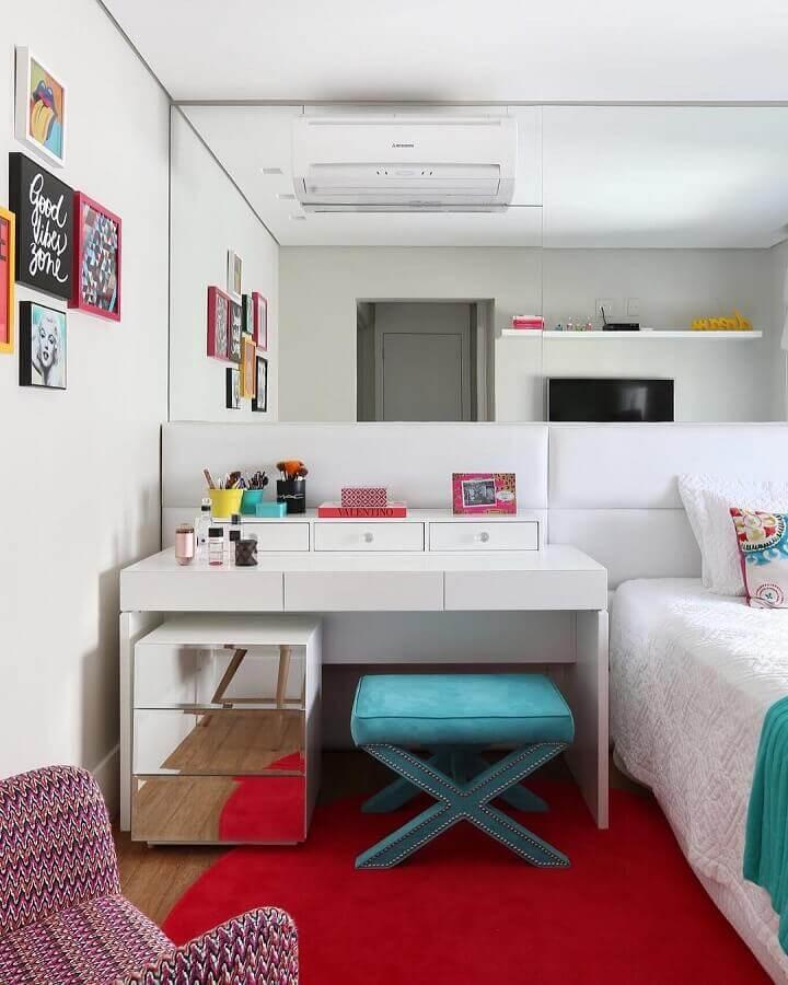 quarto branco decorado com tapete vermelho Foto Karen Pisacane Interiores