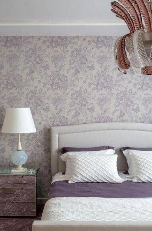quarto com decoração clean e abajur