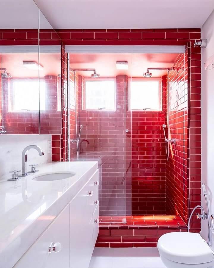 revestimento vermelho na área do box para decoração de banheiro branco Foto Suite Arquitetos