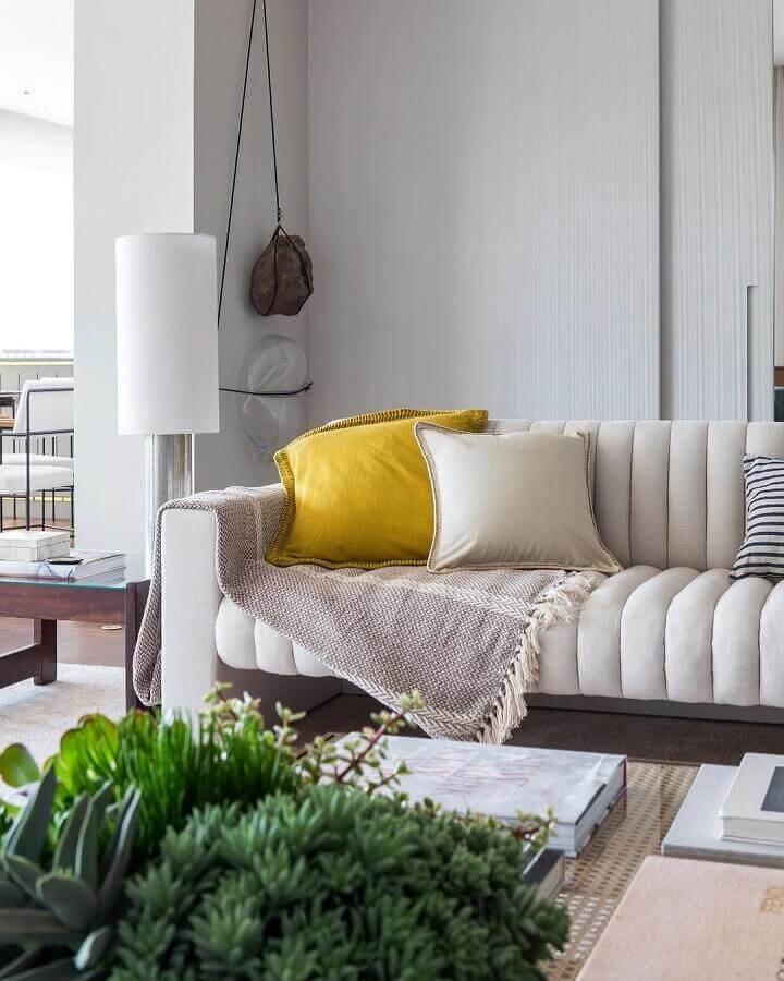 sala branca decorada com almofada amarela  Foto Triplex Arquitetura