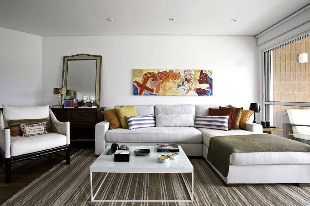 tapete listrado branco e marrom móveis e estofados brancos