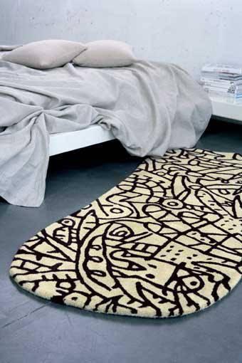 tapete oval branco e preto quarto lado da cama