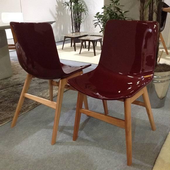 Sem abrir mão do calor da madeira, a cadeira ganha assentos em fibra de vidro coloridos. Da LEME.