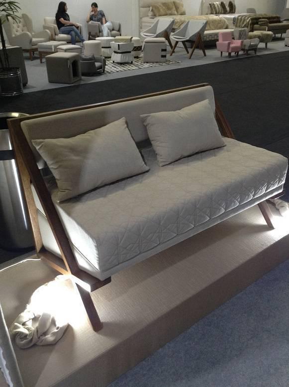 Sofá de dois lugares com estrutura em madeira e o toque confortável do matelasse. Da Star Mobile.
