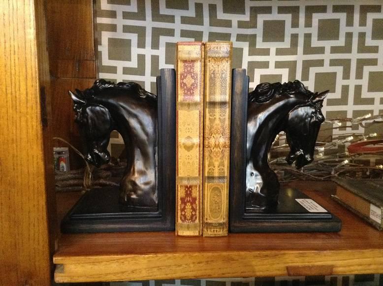 06_Tendencia esculturas de frutas e animais_Apoios para livros esculturais fogem do comum e garantem presenca forte na decoracao_VENUS VICTRIX