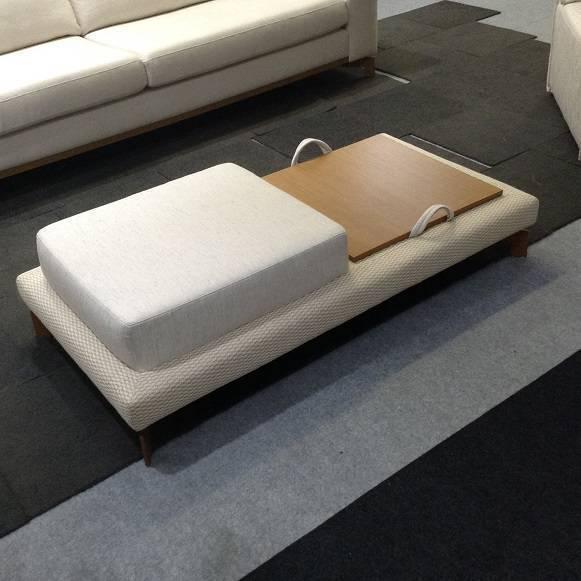 Mesa de centro cria um novo assento na sala e tem lugar para apoiar objetos e drinks, da Livind Móveis de Design.