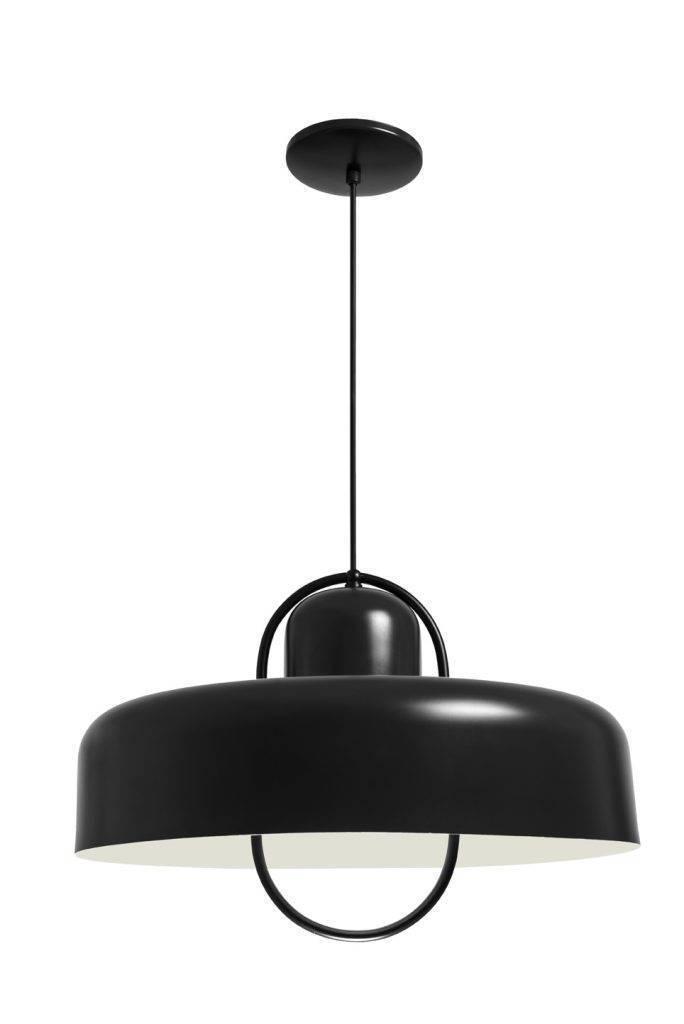 Outra peça para quem tem ambientes mais espaçosos, já que tem 32cm de altura por 47cm de diâmetro. Este é o lustre 4563, pintado em preto fosco e feito de alumínio, vendido por R$ 376 nas Lojas Yamamura. Seu código é o 8445303.