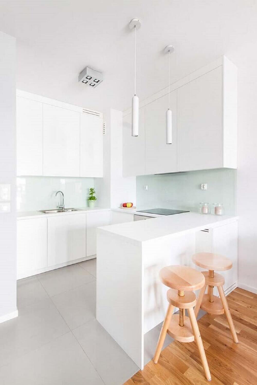 Balcão de cozinha branco com fogão de indução embutido