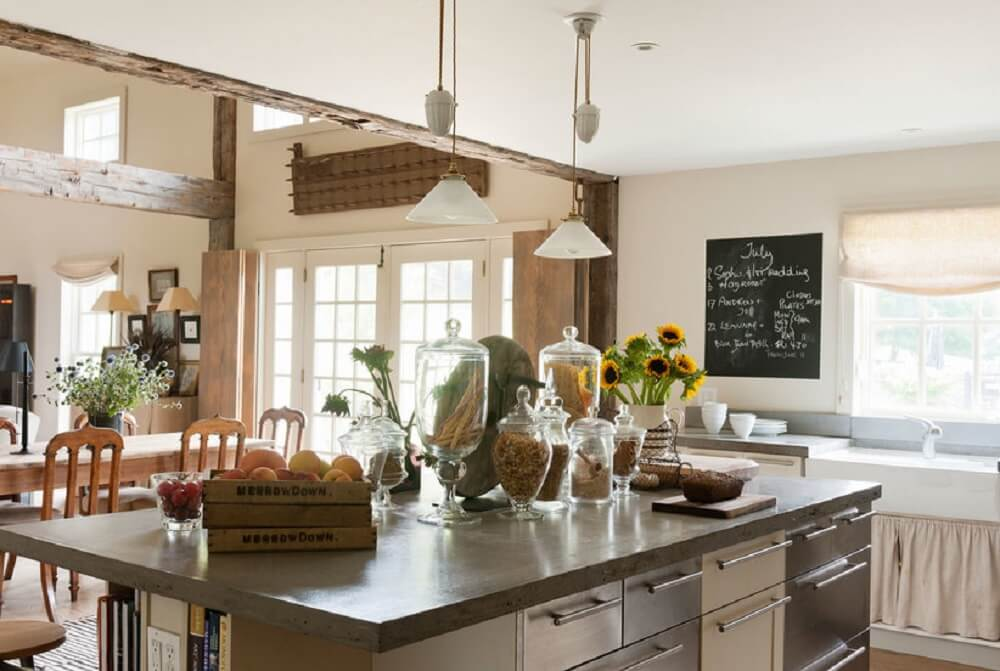Balcão de cozinha central com inúmeras gavetas para organização de itens do ambiente
