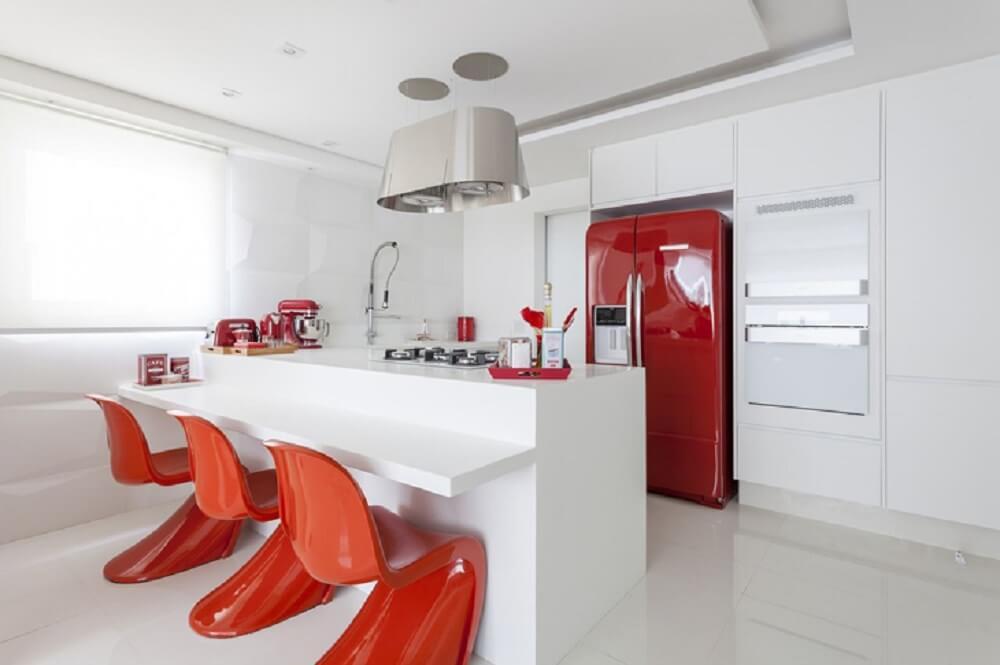 Balcão de cozinha clean com detalhes em tom de vermelho