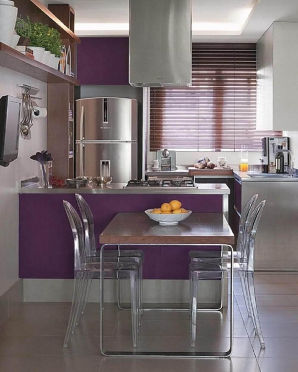 Balcão de cozinha com base em tons de roxo