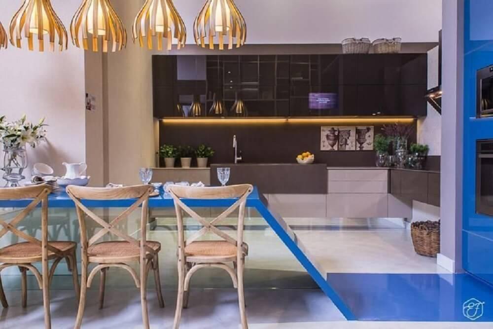Balcão de cozinha com design criativo em azul
