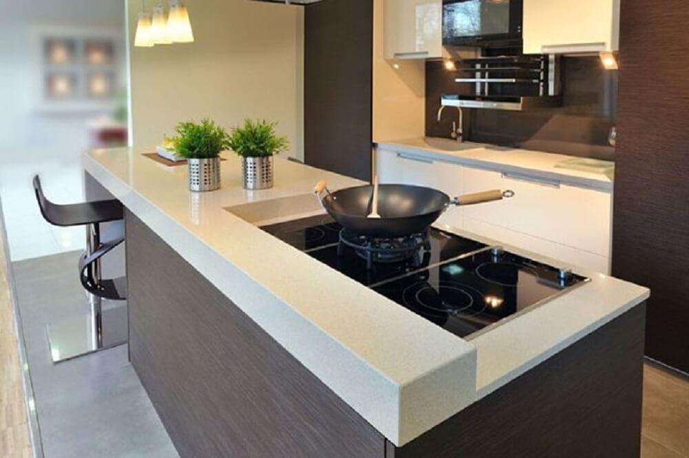 Balcão de cozinha com estrutura moderna e fogão de indução embutida