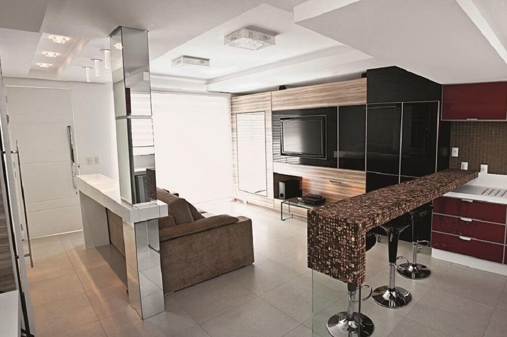 Balcão de cozinha com estrutura revestida com pastilhas