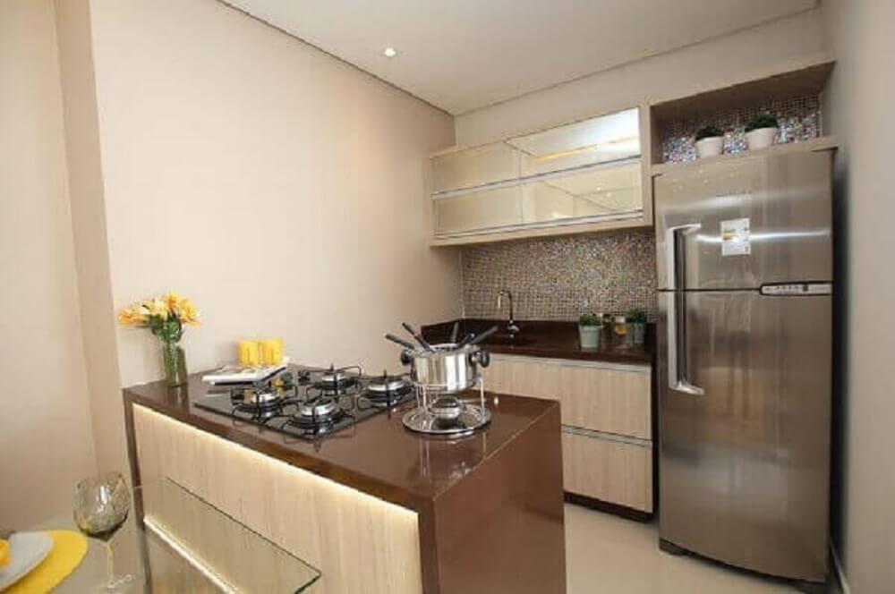 Balcão de cozinha com iluminação especial e cooktop embutido