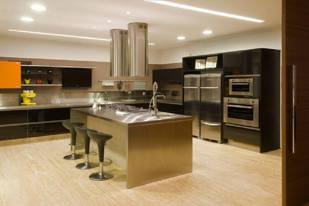 Balcão de cozinha com tampo de aço inox traz sofisticação ao ambiente