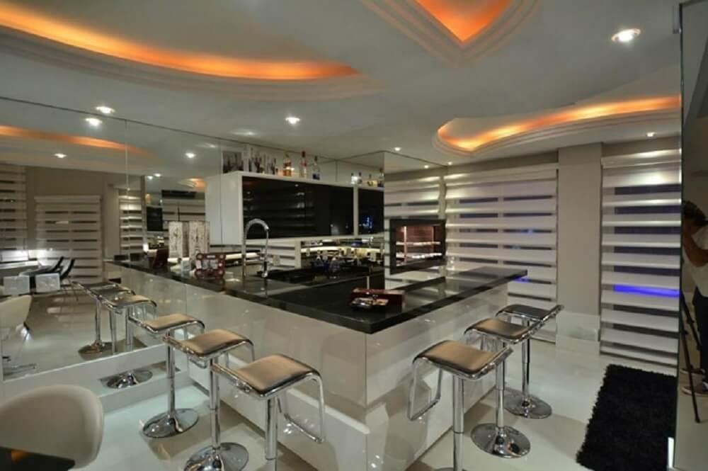 Balcão de cozinha com tampo preto em formato em L
