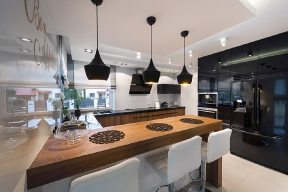 Balcão de cozinha com três pendentes sofisticados