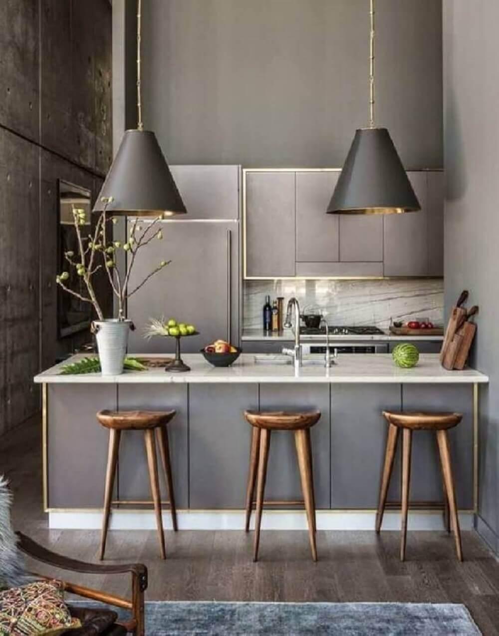 Balcão de cozinha e grandes pendentes complementam a decoração moderna do espaço
