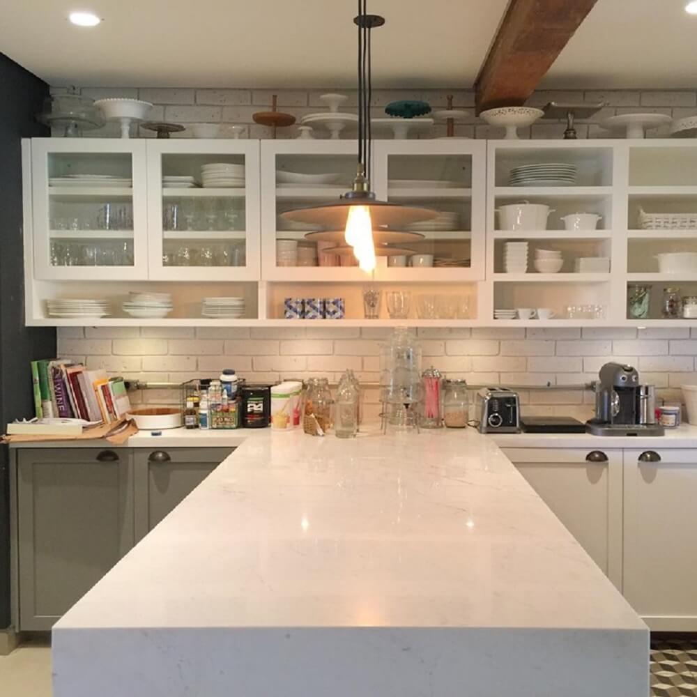 Balcão de cozinha em formato T permite a realização de refeições maiores