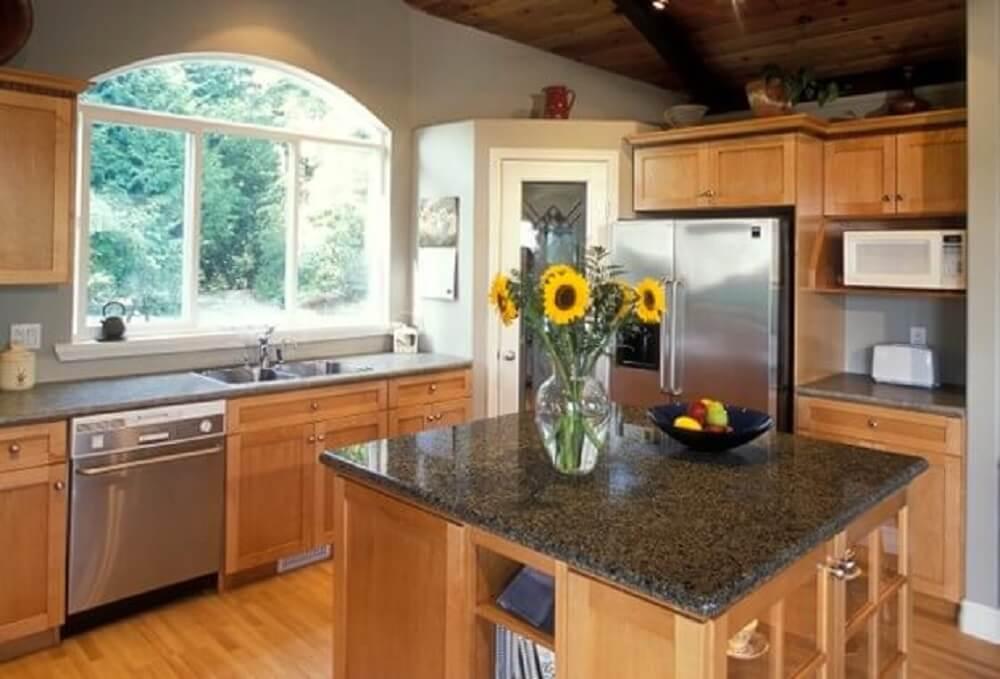 Balcão de cozinha em granito e base de madeira