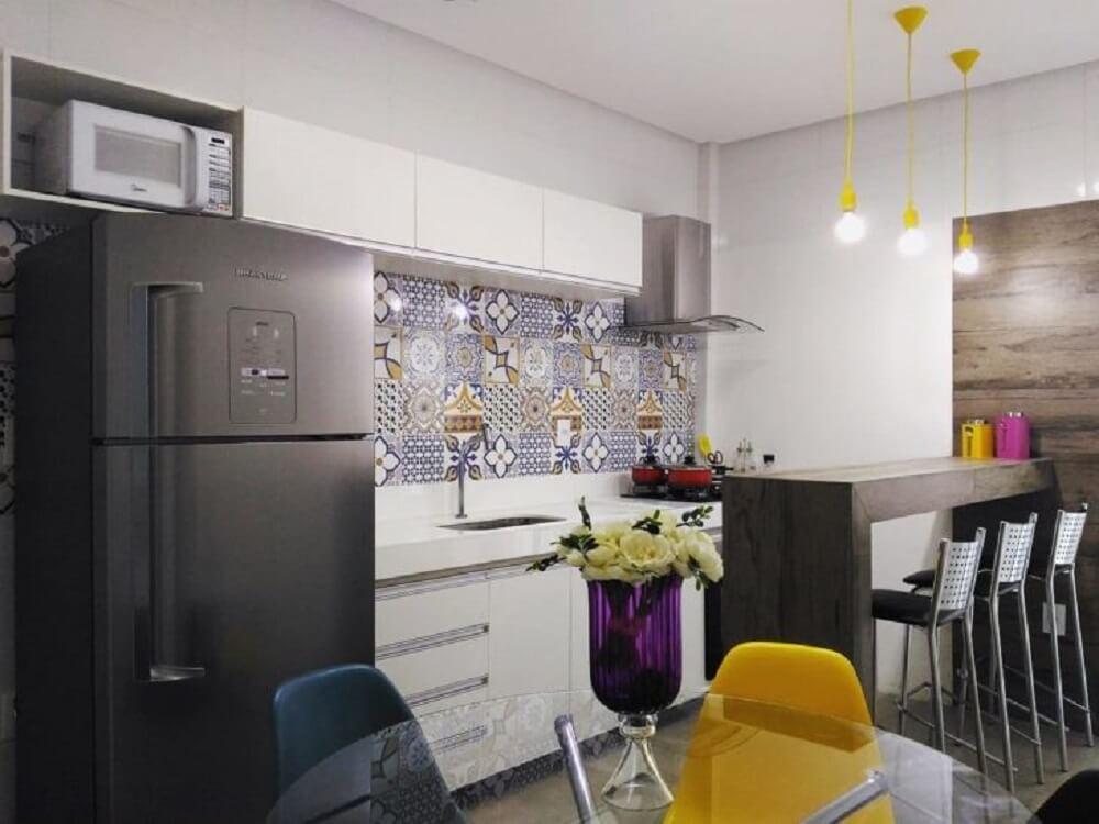 Balcão de cozinha estreito acomoda três banquetas