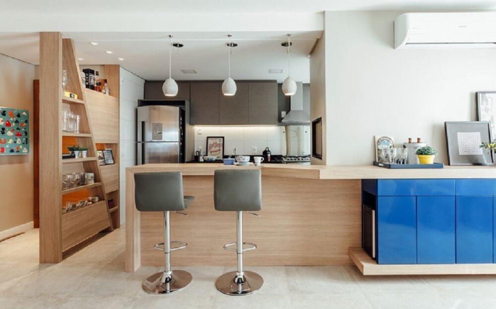 Balcão de cozinha feito em madeira clarinha