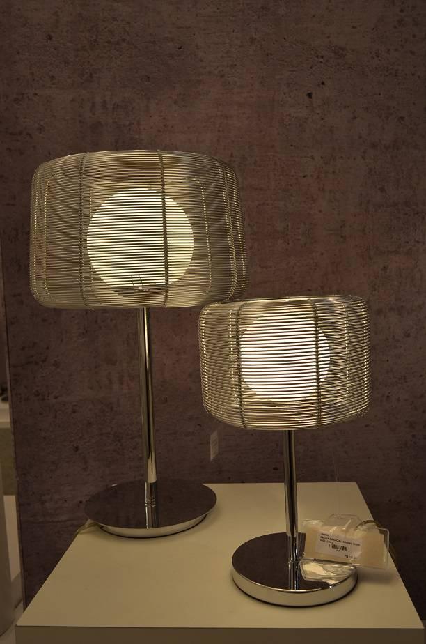 O aramado deixa as luminárias mais leves e permite ver as lâmpadas de design, da Bella Iluminação.