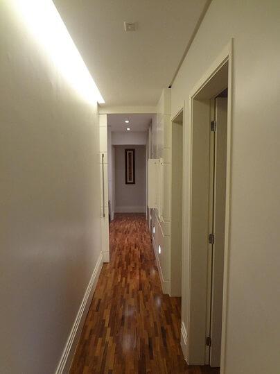 Corredor com piso laminado Projeto de Edmilson Sou